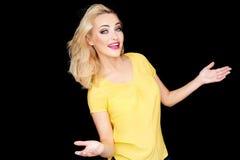 Junge blonde Frau, die ihr Ignoranz zeigt Stockfoto