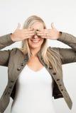 Junge blonde Frau, die ihre Augen bedeckt Stockbilder