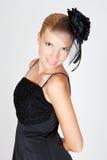 Junge blonde Frau, die im Studio aufwirft Stockfoto
