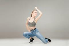 Junge blonde Frau, die im Studio aufwirft Lizenzfreie Stockfotos