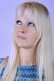 Junge blonde Frau, die irgendwo denkt und oben schaut Lizenzfreies Stockbild
