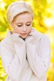 Junge blonde Frau, die irgendwo schaut Lizenzfreie Stockfotografie