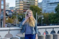 Junge blonde Frau, die mit ihrem †‹â€ ‹Handy anruft Lizenzfreies Stockfoto