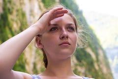 Junge blonde Frau, die nach etwas sucht Stockfotos