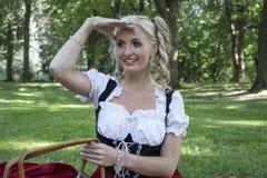 Junge blonde Frau, die nach vorn schaut Stockbild