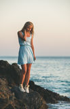 Junge blonde Frau, die nahes Meer steht und unten, die Türkei schaut Lizenzfreies Stockfoto