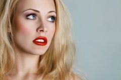 Junge blonde Frau, die oben schaut Stockfotografie