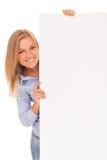Junge blonde Frau, die Papier zeigt Stockbild