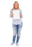 Junge blonde Frau, die Papier zeigt Lizenzfreies Stockfoto