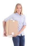 Junge blonde Frau, die Pappbeweglichen Kasten lokalisiert auf Weiß hält Stockbilder
