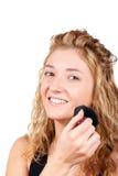 Junge blonde Frau, die Rouge anwendet Stockfotos