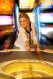 Junge blonde Frau, die Roulette im Kasino und im Gewinnen spielt Stockfotografie