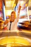 Junge blonde Frau, die Roulette im Kasino und im Gewinnen spielt Lizenzfreie Stockfotografie