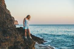 Junge blonde Frau, die ruhiges Wasser, Alanya, die Türkei betrachtet Lizenzfreie Stockfotos