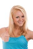 Junge blonde Frau, die sich Daumen zeigt Lizenzfreies Stockbild