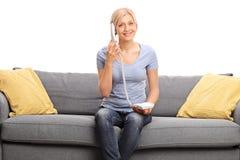 Junge blonde Frau, die am Telefon spricht Stockfotografie