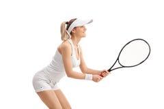 Junge blonde Frau, die Tennis spielt Lizenzfreies Stockbild