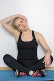 Junge blonde Frau, die Yogaübungen macht Stockbild