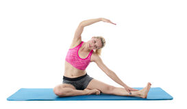 Junge blonde Frau, die Yoga tut Stockbilder