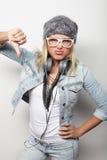 Junge blonde Frau, die zufällige Kleidung, Hippie-Art trägt Lizenzfreies Stockbild