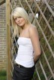 Junge blonde Frau. draußen Lizenzfreies Stockfoto