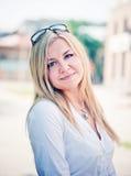 Junge blonde Frau draußen Lizenzfreie Stockfotografie