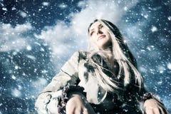 Junge blonde Frau in einem Blizzard Stockfotos