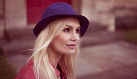 Junge blonde Frau in einem modischen Hut Lizenzfreies Stockfoto