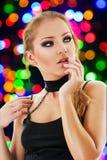 Junge blonde Frau an einem Nachtklub Lizenzfreies Stockfoto