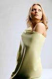 Junge blonde Frau eingewickelt im hellgelben Tuch Lizenzfreie Stockbilder