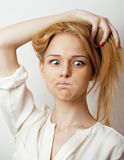 Junge blonde Frau emotional im Studio lokalisiert Lizenzfreies Stockfoto