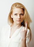 Junge blonde Frau emotional im Studio lokalisiert Lizenzfreie Stockfotos