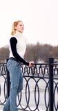 Junge blonde Frau gekleidet im weißen Pullover Lizenzfreies Stockfoto