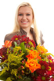Junge blonde Frau gibt Blumenstrauß der Blumen Stockfotografie