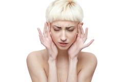 Junge blonde Frau hat Kopfschmerzen Lizenzfreies Stockfoto