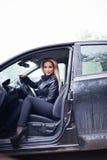 Junge blonde Frau im Auto Stockfoto