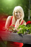 Junge blonde Frau im Balkon Stockfotografie