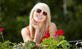 Junge blonde Frau im Balkon Stockbild