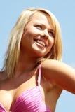 Junge blonde Frau im Bikini draußen Stockfotografie