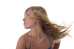 Junge blonde Frau im blauen Bikini Lizenzfreie Stockfotos