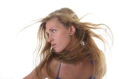 Junge blonde Frau im blauen Bikini Lizenzfreie Stockfotografie