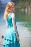 Junge blonde Frau im blauen Kleid Stockbilder