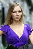 Junge blonde Frau im blauen Kleid Lizenzfreies Stockbild