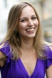 Junge blonde Frau im blauen Kleid Lizenzfreie Stockfotos