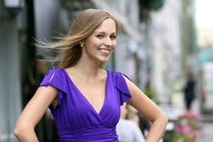Junge blonde Frau im blauen Kleid Stockbild