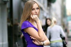 Junge blonde Frau im blauen Kleid Stockfotografie
