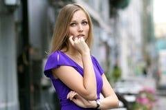 Junge blonde Frau im blauen Kleid Stockfotos