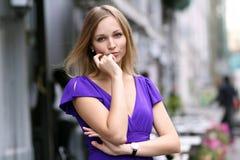 Junge blonde Frau im blauen Kleid Lizenzfreies Stockfoto