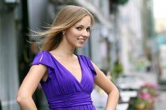 Junge blonde Frau im blauen Kleid Stockfoto