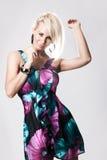 Junge blonde Frau im bunten Kleid Lizenzfreies Stockfoto